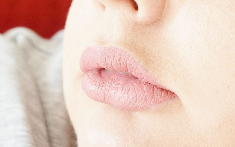 Charlotte Tilbury Hollywood Lips Matte Contour Liquid Lipstick in Dolly Bird swatch