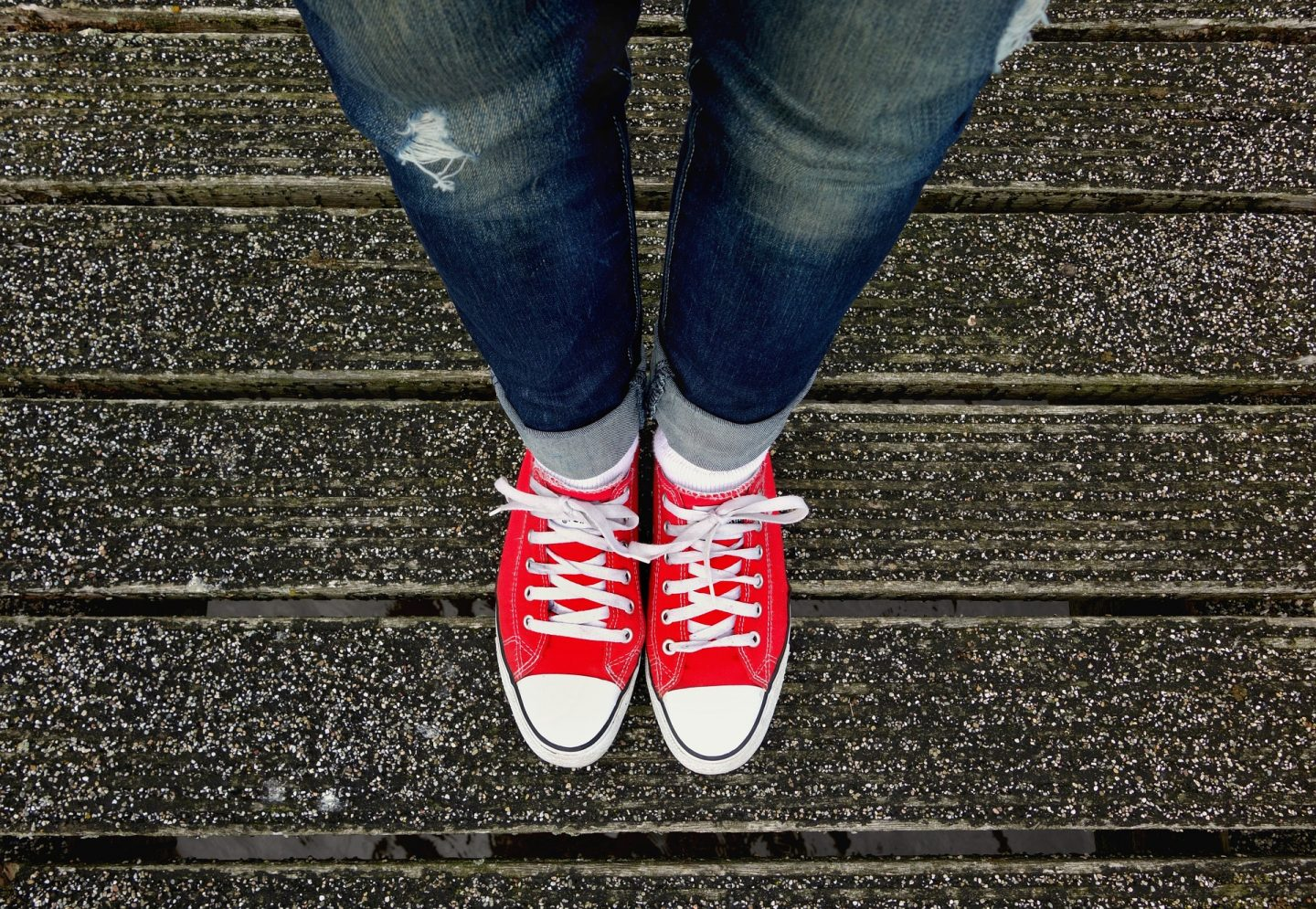 red converse on feet